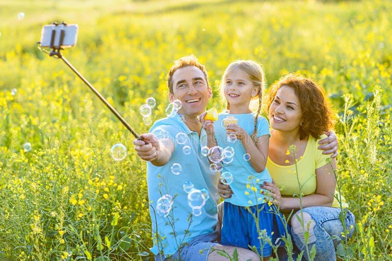 Lycklig familjutgifterhelg utomhus arkivbild