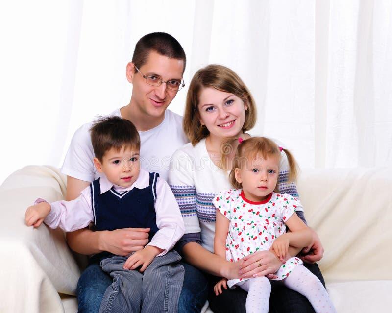 Lycklig familjutgiftertid tillsammans royaltyfri fotografi