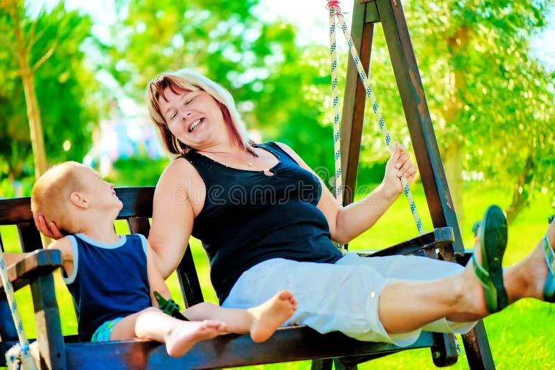 Lycklig farmor och sonson arkivbild