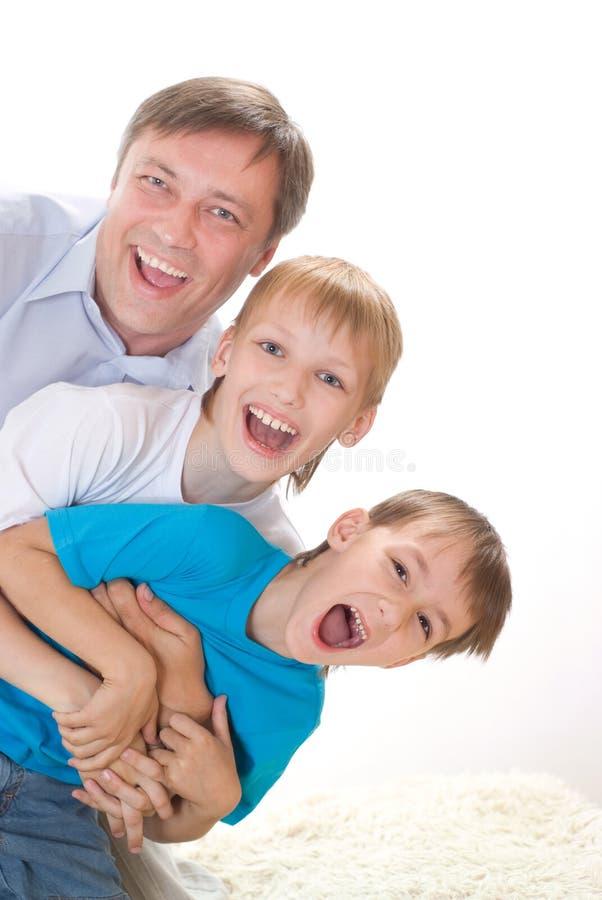 Lycklig farsa med två barn royaltyfria bilder