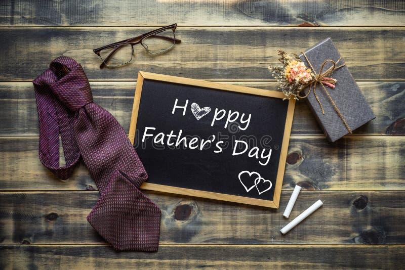 Lycklig Father' s-dagbegrepp Plan lekmanna- bild av gåvaasken, slipsen, exponeringsglas och den svart tavlan med lycklig Fa royaltyfri fotografi