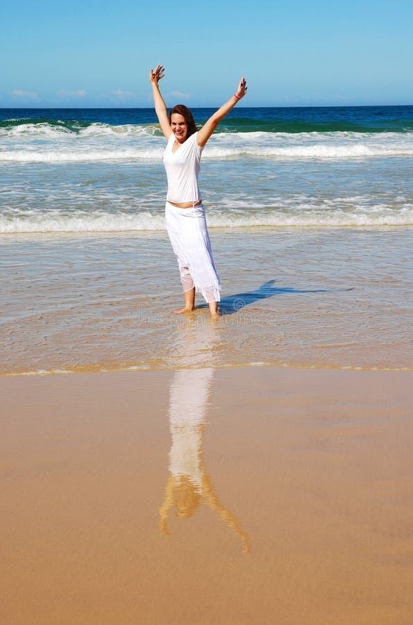 lycklig feriekvinna för strand arkivbild