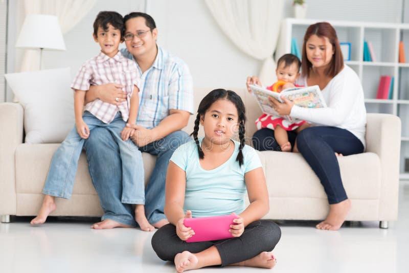 Lycklig filippinsk familj royaltyfri foto