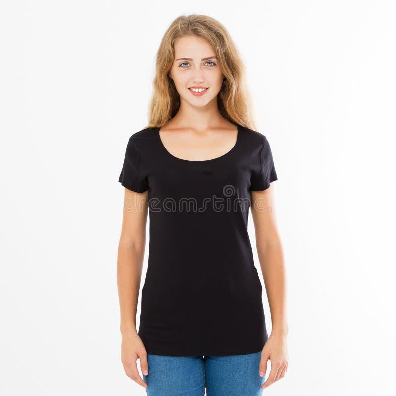Lycklig flicka för leende som poserar i den svarta t-skjortauppsättningen, kopieringsutrymme, tom tshirt, tom t-skjorta kvinna royaltyfri bild