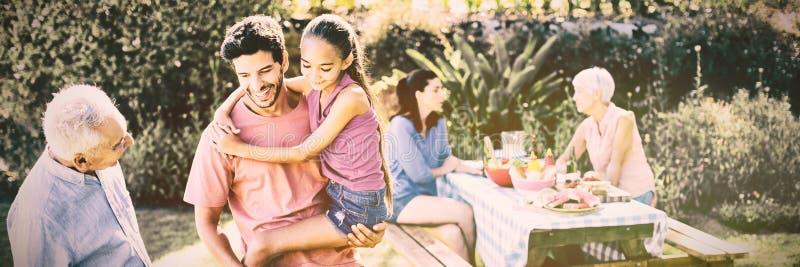 Lycklig flicka, fader och farfar som förbereder grillfesten fotografering för bildbyråer