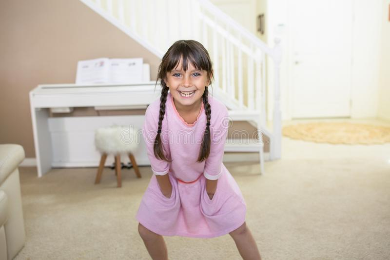 Lycklig flicka hemma som ler royaltyfria foton