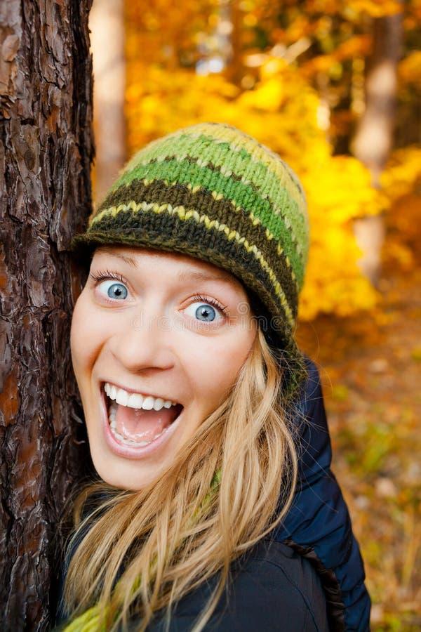 Lycklig flicka i Autum Forest Hugging Tree royaltyfria bilder