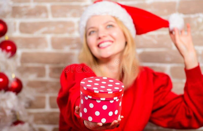 Lycklig flicka i den Santa Claus hatten Parti för nytt år Leveransjulgåvor Le kvinnan som firar jul glatt royaltyfri fotografi