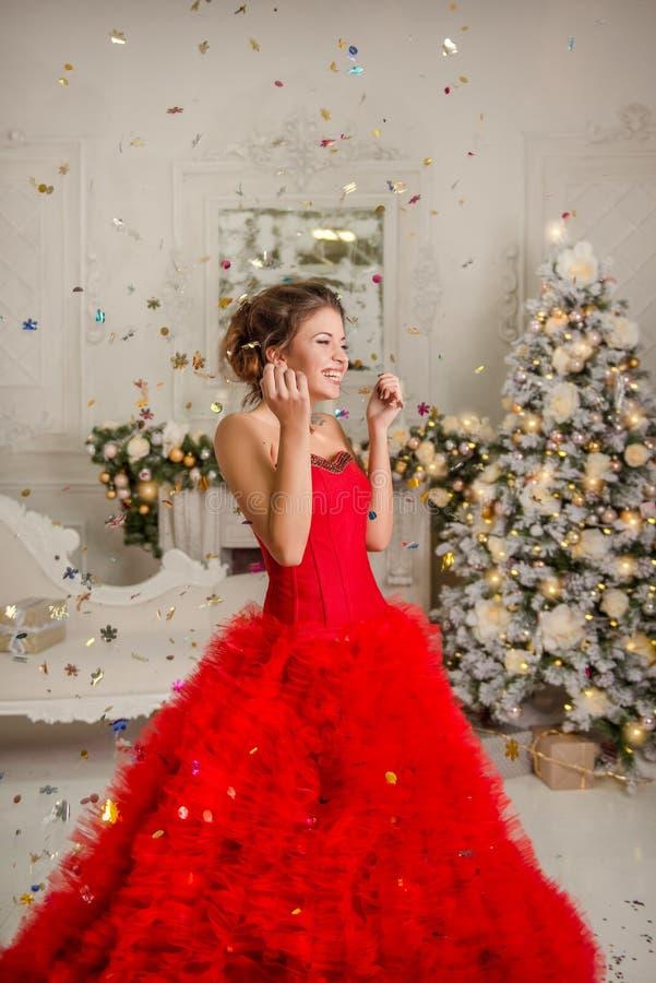 Lycklig flicka i konfettier arkivfoto