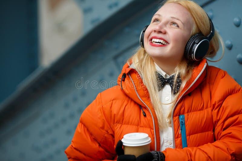 Lycklig flicka i orange omslag arkivfoto