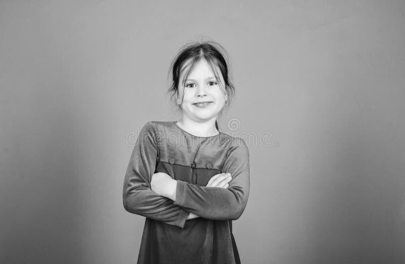 lycklig flicka little Internationella barns dag Barnav?rd lyckliga ?gonblick F?rtjusande behandla som ett barn ha gyckel Endast r fotografering för bildbyråer