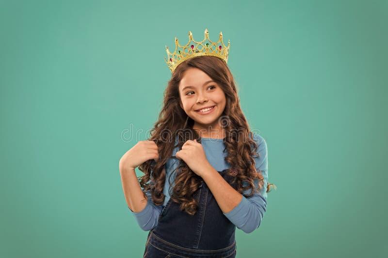 lycklig flicka little Sk?nhet och danar litet flickabarn med perfekt h?r Internationella barns dag Liten unge fotografering för bildbyråer