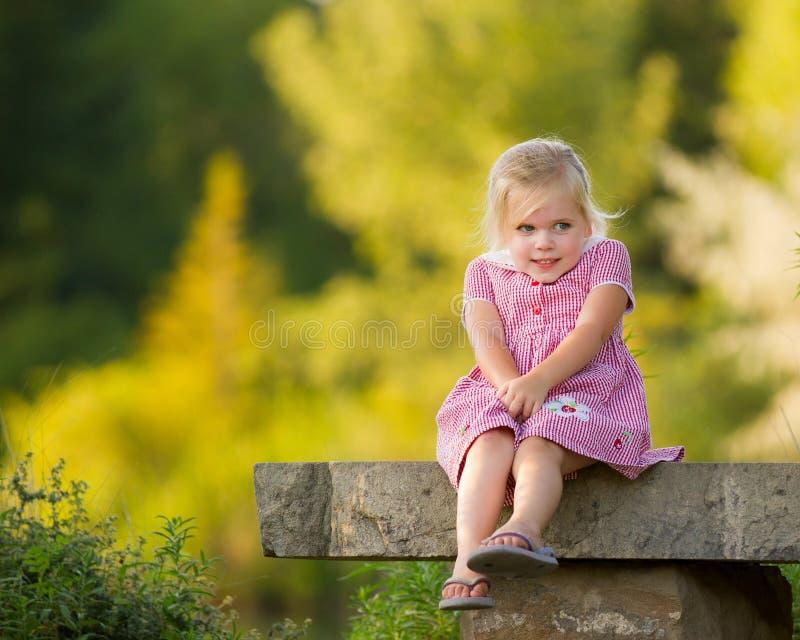 lycklig flicka little som ler arkivbild