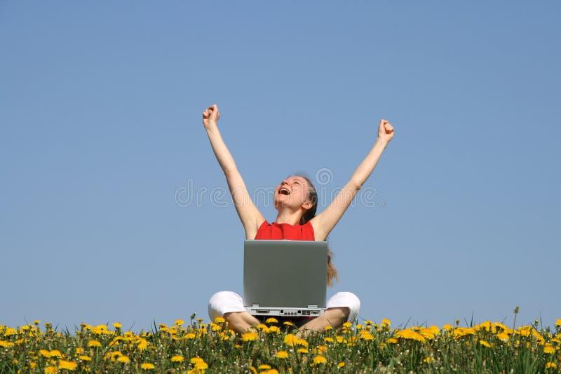 Lycklig flicka med bärbar dator fotografering för bildbyråer