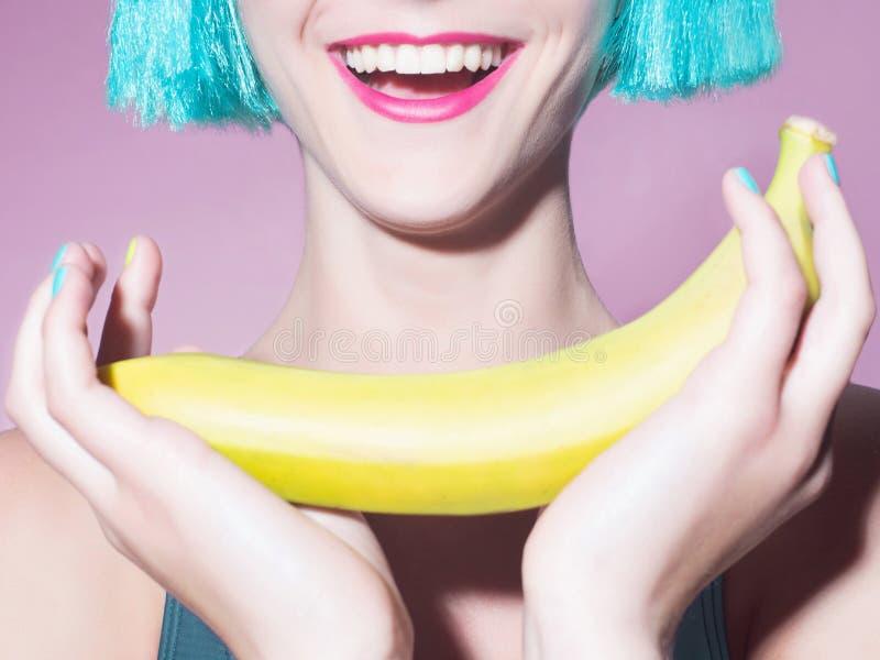 Lycklig flicka med bananen royaltyfri bild