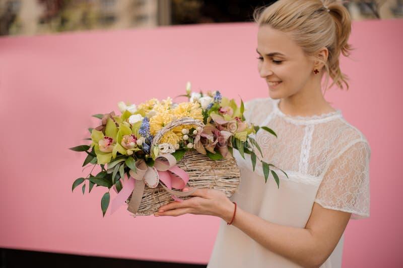 Lycklig flicka med buketten i blommakorg fotografering för bildbyråer