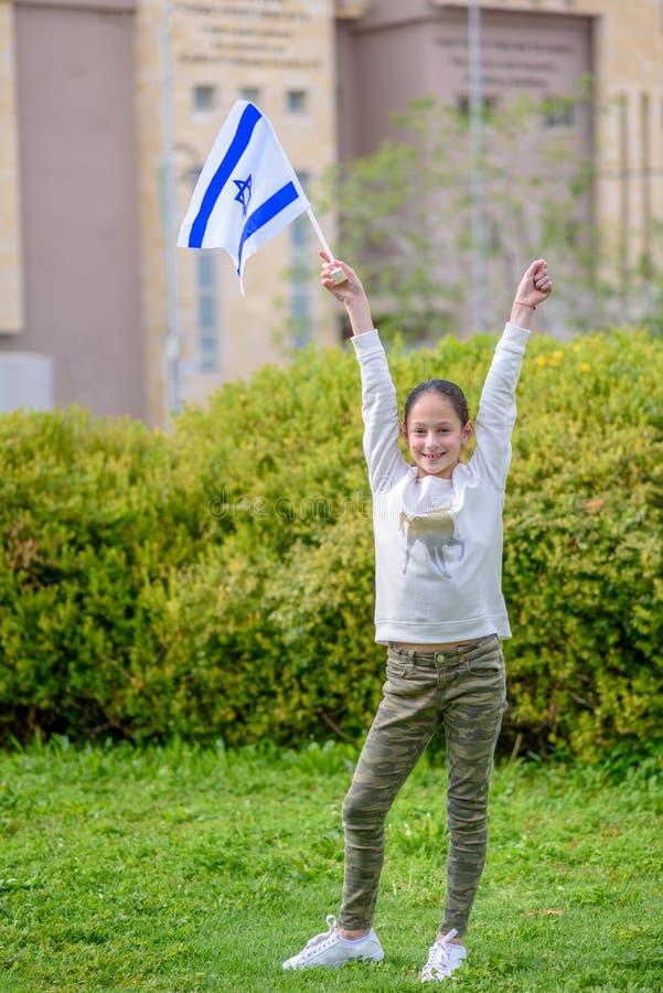 Lycklig flicka med den Israel flaggan royaltyfri fotografi