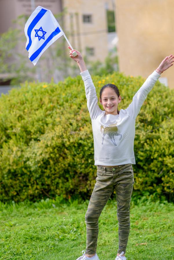 Lycklig flicka med den Israel flaggan royaltyfri foto