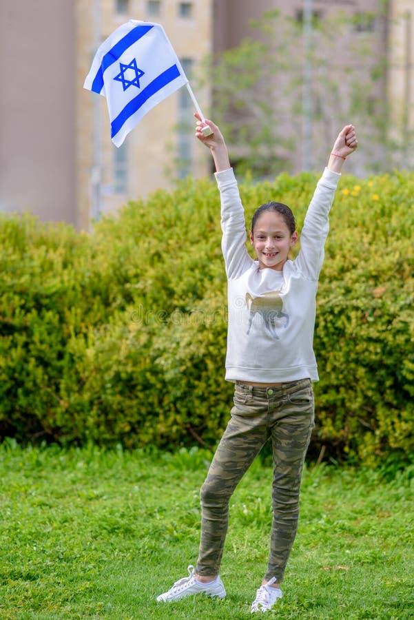 Lycklig flicka med den Israel flaggan fotografering för bildbyråer