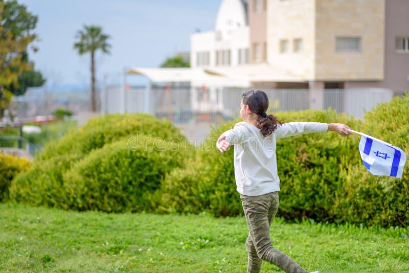 Lycklig flicka med den Israel flaggan royaltyfria foton