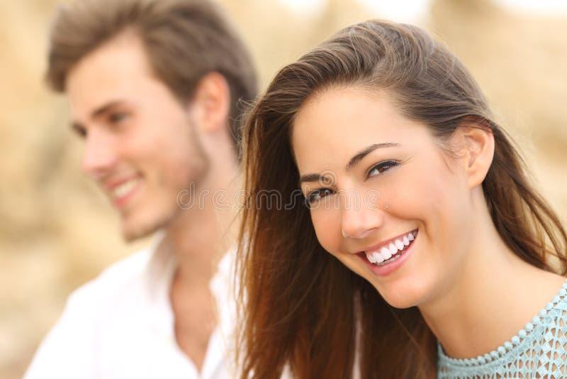 Lycklig flicka med det vita leendet som ser kameran royaltyfri fotografi
