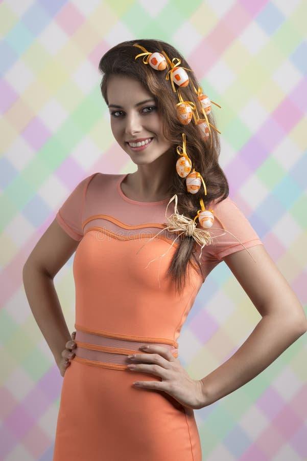 Lycklig flicka med easter hår-stil arkivfoton