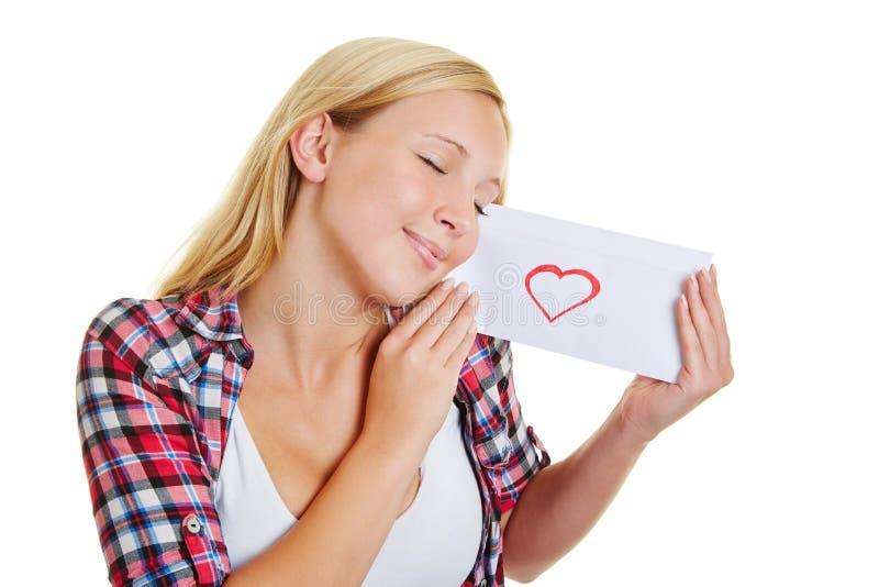 Lycklig flicka med förälskelsebokstaven royaltyfria bilder