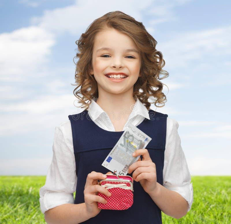 Lycklig flicka med handväskan och pappers- pengar arkivfoto