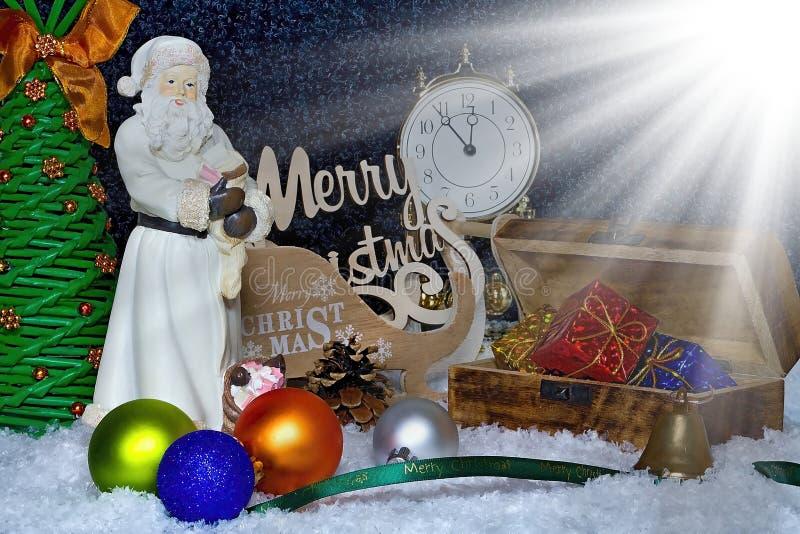 lycklig flicka med loppfallet glad jul som bakgrund är kan det använda julillustrationtemat Julkortet med Santa Claus, gåvaasken, royaltyfri bild
