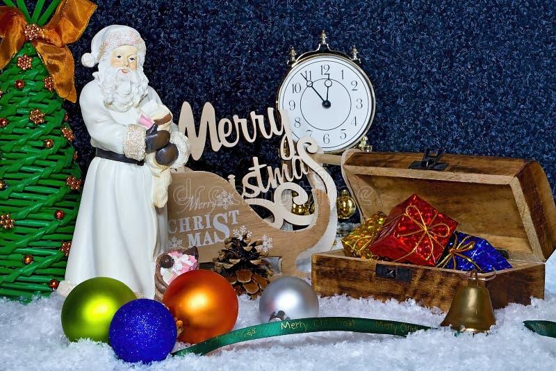 lycklig flicka med loppfallet glad jul som bakgrund är kan det använda julillustrationtemat Julkortet med Santa Claus, gåvaasken, royaltyfri foto