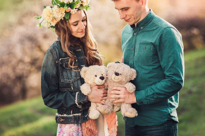 Lycklig flicka med nallebjörnen för pojkvän och för två plysch royaltyfri bild