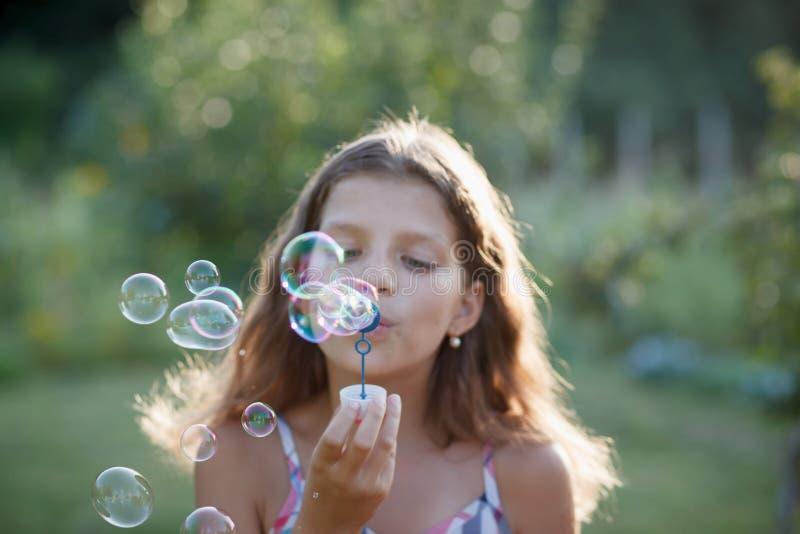 Lycklig flicka med såpbubblor arkivbilder