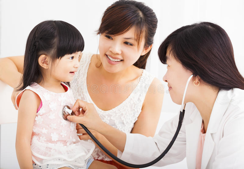 Lycklig flicka och doktor i sjukhuset som har examinatio royaltyfri fotografi