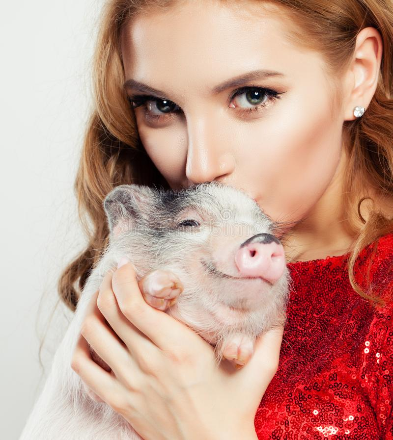 Lycklig flicka och svin, framsidacloseup royaltyfria foton