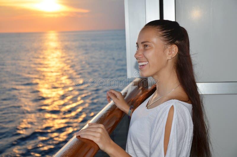 Lycklig flicka på ett kryssningskepp royaltyfri fotografi