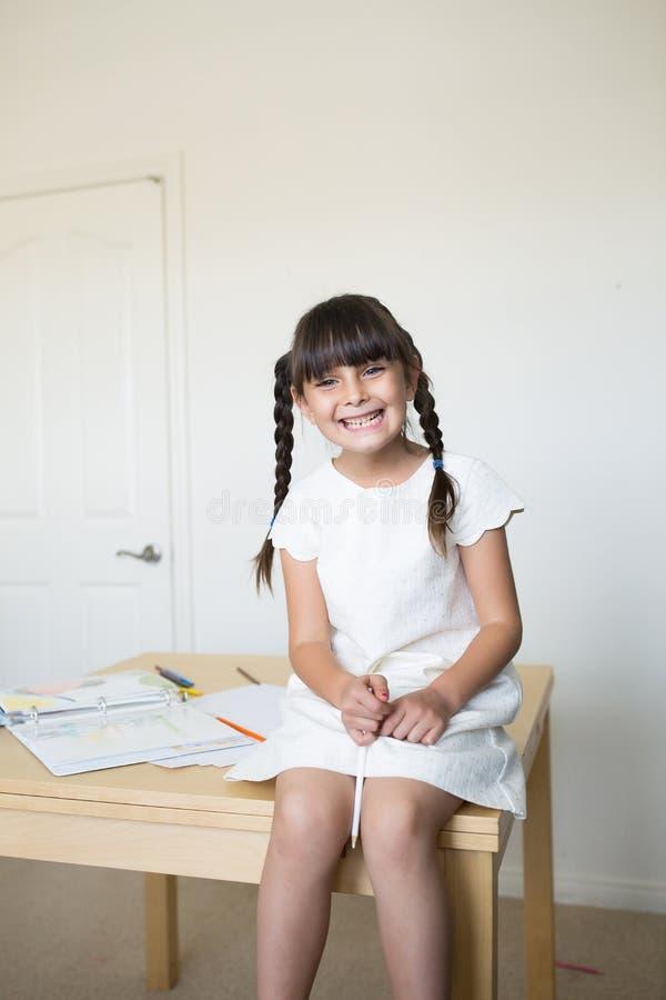 Lycklig flicka som älskar konst arkivbilder