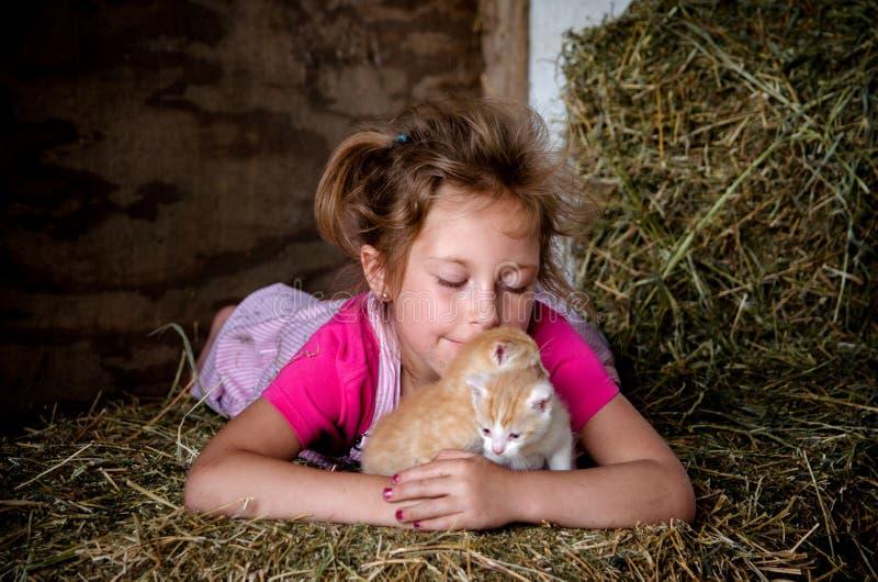 Lycklig flicka som älskar nyfödda kattungar arkivfoton