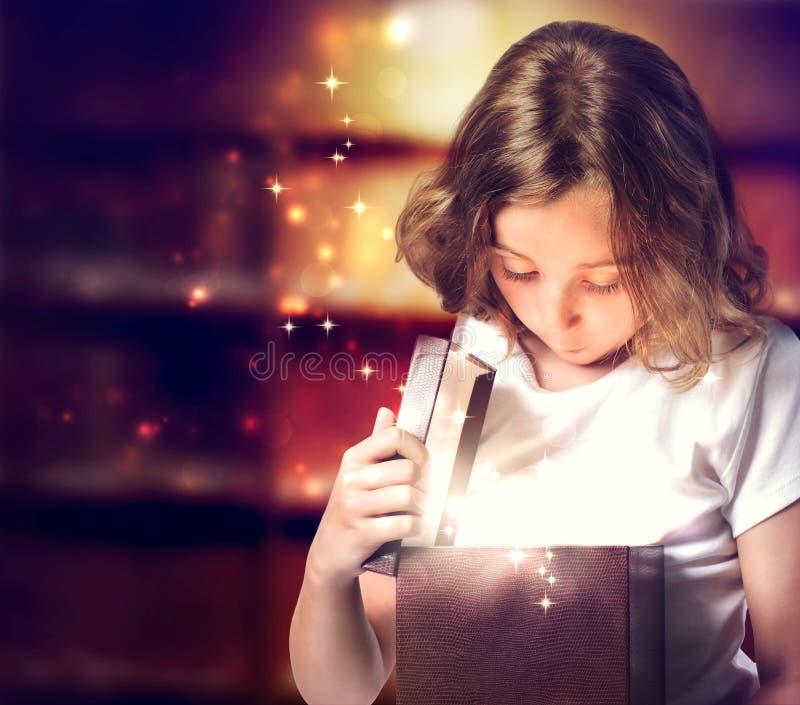 Lycklig flicka som öppnar en Present arkivfoto