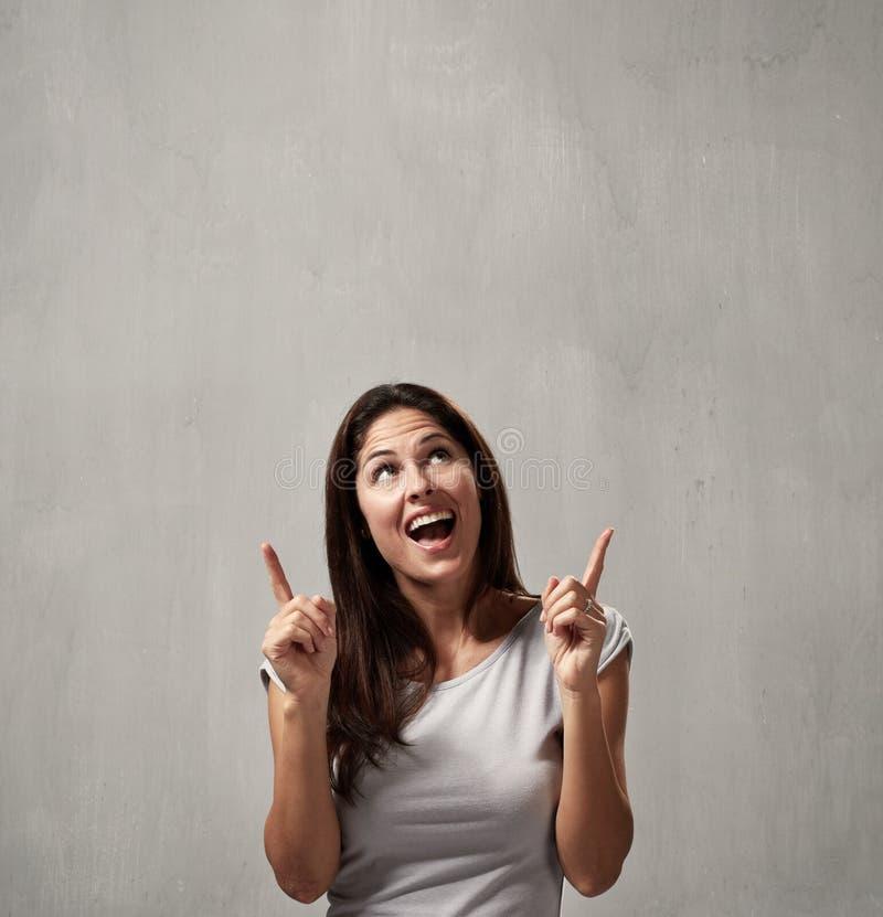 Lycklig flicka som framlägger kopieringsutrymme royaltyfri fotografi