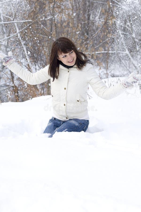 Lycklig flicka som har utomhus- gyckel fotografering för bildbyråer