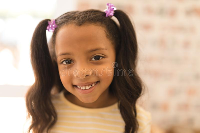 Lycklig flicka som hemma står arkivfoto