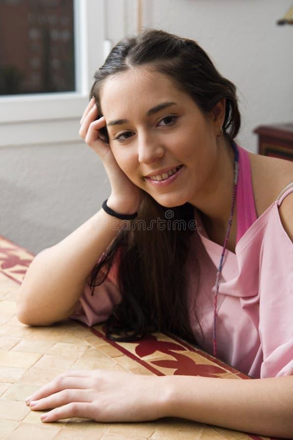 Lycklig flicka som inomhus kopplar av royaltyfri bild