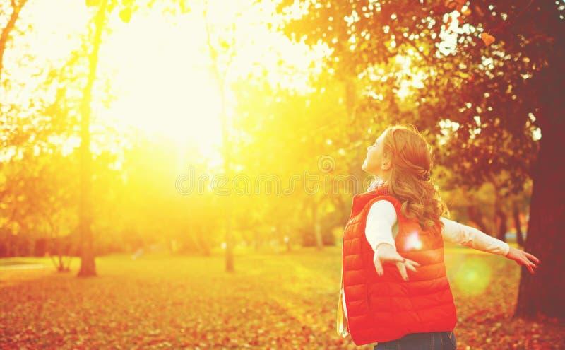 Lycklig flicka som tycker om liv och frihet i hösten på naturen arkivfoto