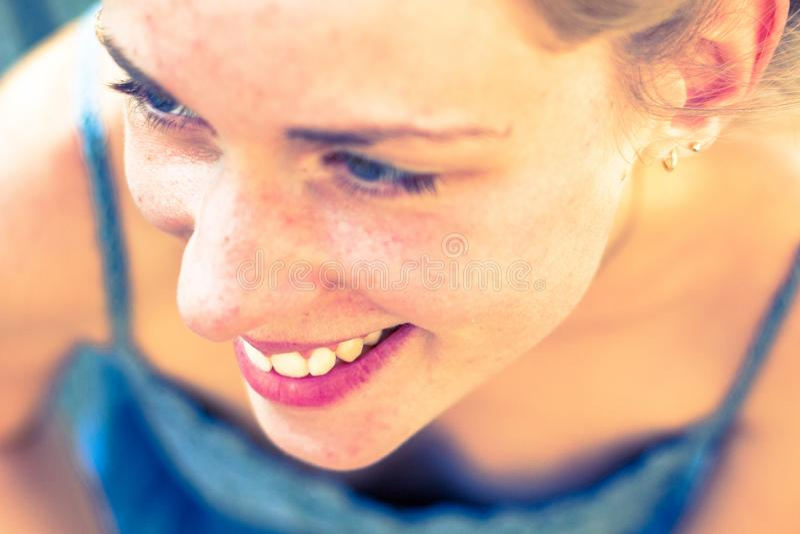 Lycklig flicka utomhus i sommar fotografering för bildbyråer