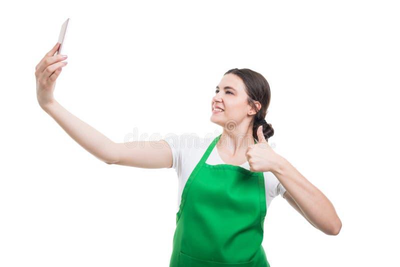 Lycklig flickaanställd som tar en selfie royaltyfria foton