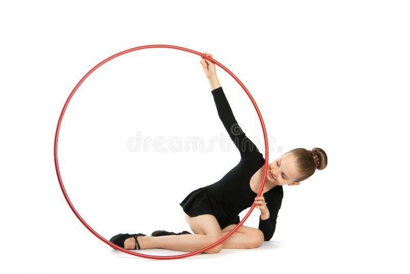 Lycklig flickagymnast med ett beslag arkivfoto