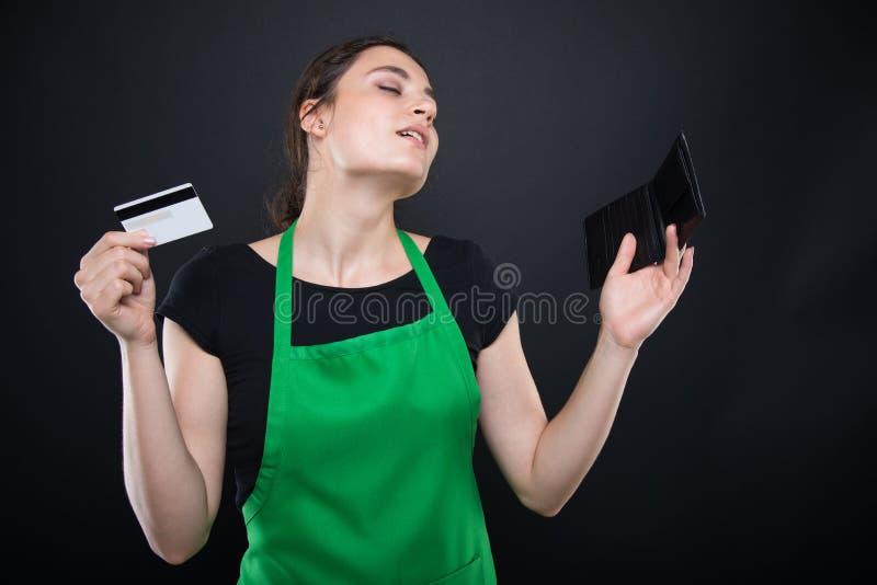 Lycklig flickasäljare med debiteringkortet royaltyfria bilder
