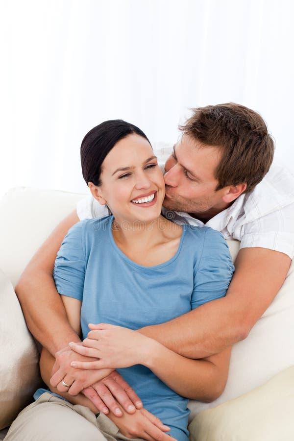 lycklig flickvän hans kyssande man arkivfoton
