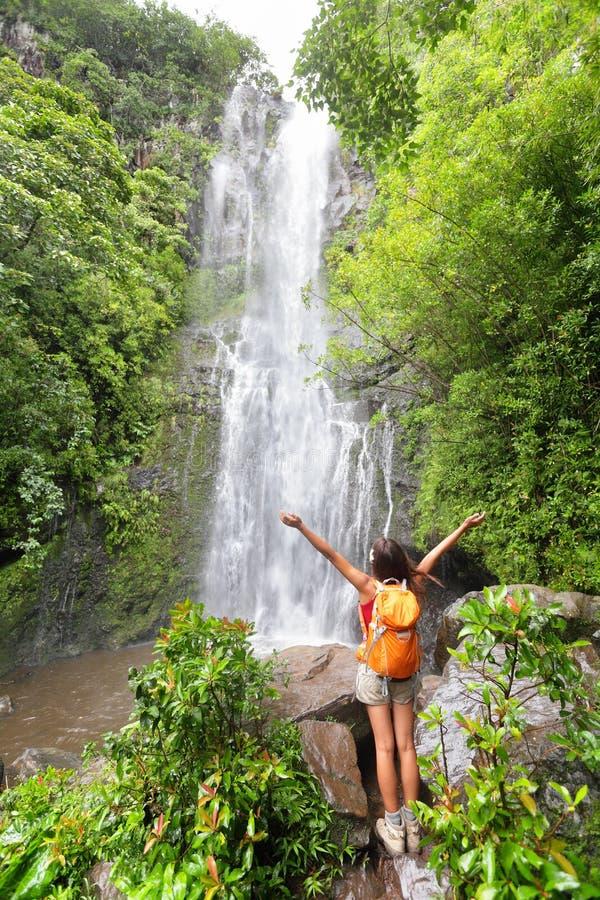Lycklig fotvandrare - Hawaii turister som fotvandrar vid vattenfallet fotografering för bildbyråer