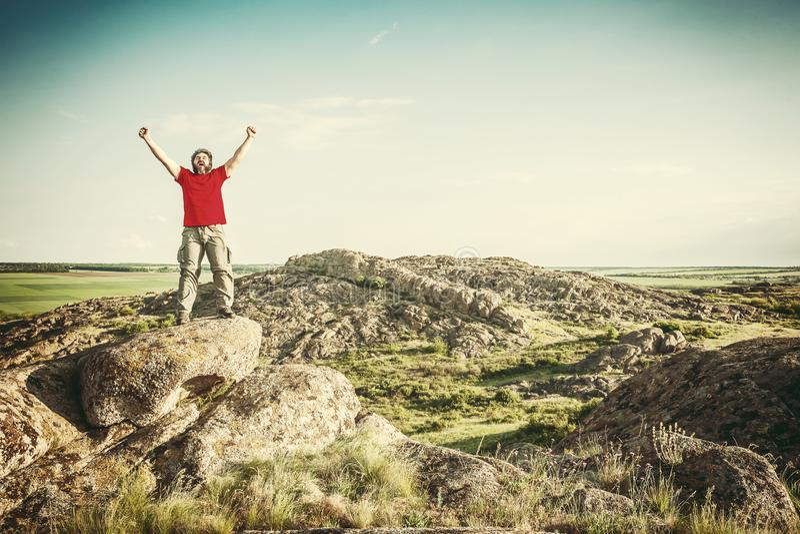 Lycklig fotvandrare p? bergmaximum arkivfoto
